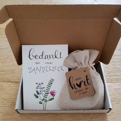 Brievenbus bedankje; zaden in linnenzakje met ansichtkaart (zonder gedrukte tekst)