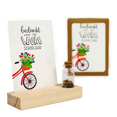 Bedankt voor het leuke schooljaar - Bedankje zaden in glazen flesje met kaart en standaard