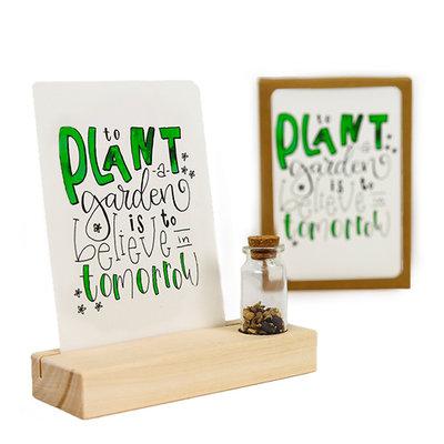 To plant a garden is to believe in tomorrow - Bedankje zaden in glazen flesje met kaart en standaard