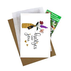 Bloemenzaden met kaart 'Hartjes voor jou' verpakt in pergamijn zakje